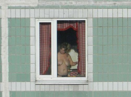 【画像】窓際やベランダで日向ぼっこしてる全裸外国人がエロ過ぎるwww 36枚 No.12