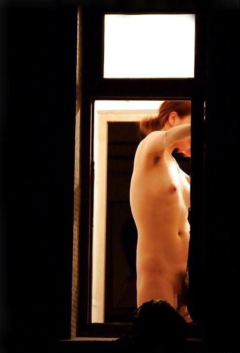 【画像】窓際やベランダで日向ぼっこしてる全裸外国人がエロ過ぎるwww 36枚 No.13