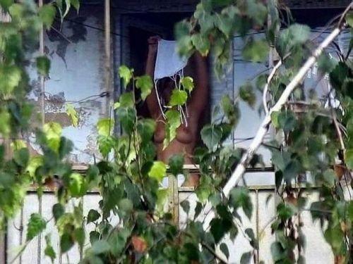 【画像】窓際やベランダで日向ぼっこしてる全裸外国人がエロ過ぎるwww 36枚 No.17