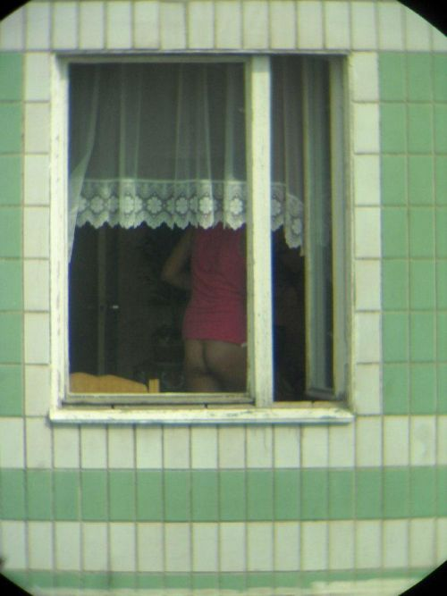 【画像】窓際やベランダで日向ぼっこしてる全裸外国人がエロ過ぎるwww 36枚 No.19