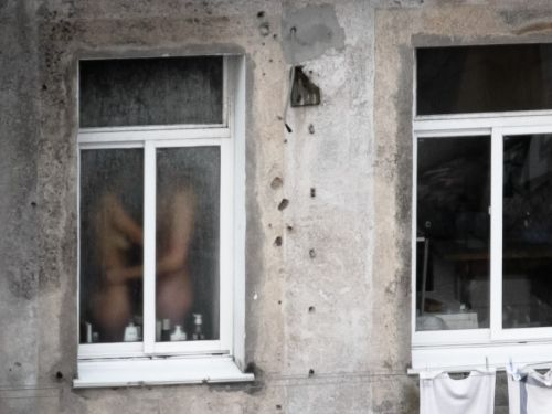 【画像】窓際やベランダで日向ぼっこしてる全裸外国人がエロ過ぎるwww 36枚 No.21