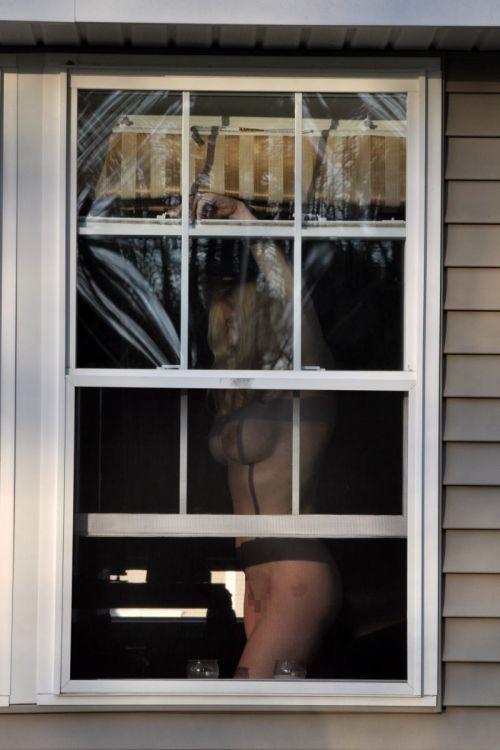 【画像】窓際やベランダで日向ぼっこしてる全裸外国人がエロ過ぎるwww 36枚 No.22