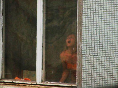 【画像】窓際やベランダで日向ぼっこしてる全裸外国人がエロ過ぎるwww 36枚 No.26