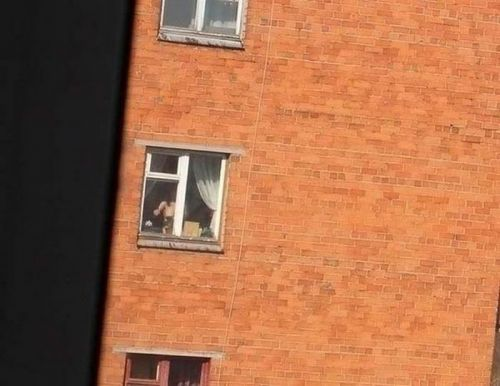 【画像】窓際やベランダで日向ぼっこしてる全裸外国人がエロ過ぎるwww 36枚 No.28