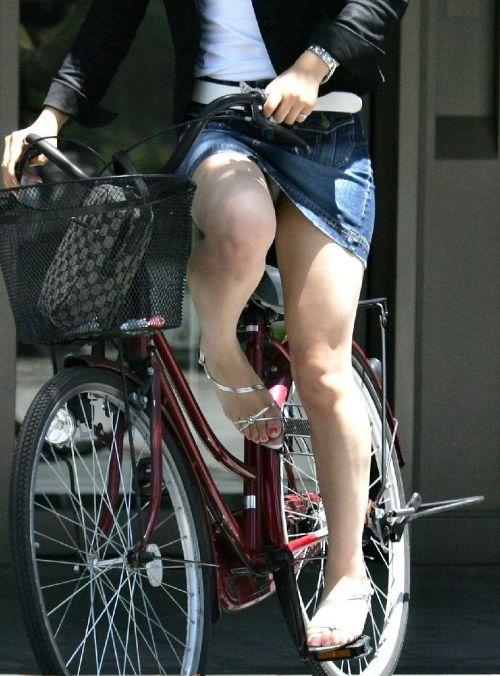 【パンチラ確定画像】ミニスカジーンズギャルが自転車に乗った結果www 38枚 No.11