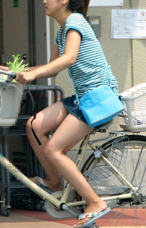 【パンチラ確定画像】ミニスカジーンズギャルが自転車に乗った結果www 38枚 No.17