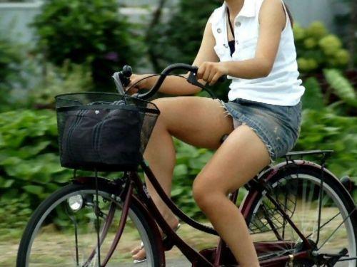 【パンチラ確定画像】ミニスカジーンズギャルが自転車に乗った結果www 38枚 No.18