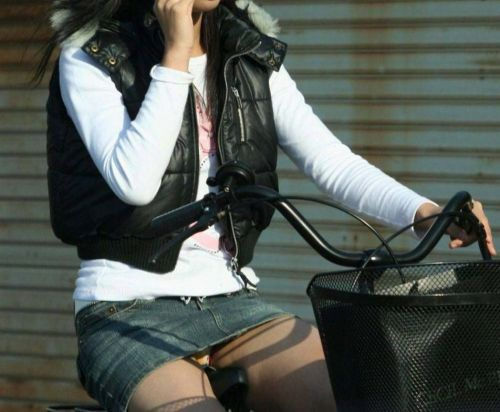 【パンチラ確定画像】ミニスカジーンズギャルが自転車に乗った結果www 38枚 No.24