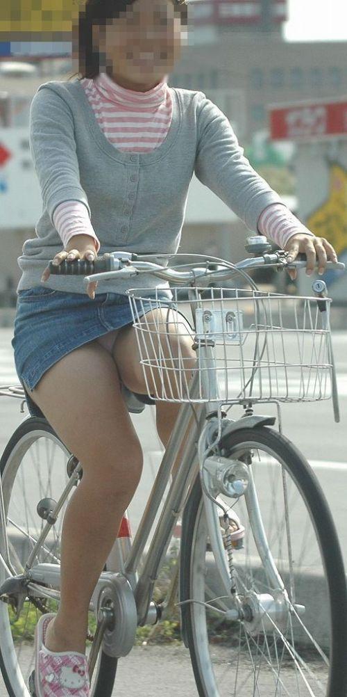 【パンチラ確定画像】ミニスカジーンズギャルが自転車に乗った結果www 38枚 No.25