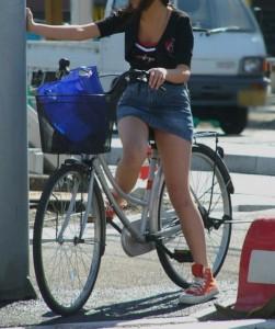 【パンチラ確定画像】ミニスカジーンズギャルが自転車に乗った結果www 38枚 No.26