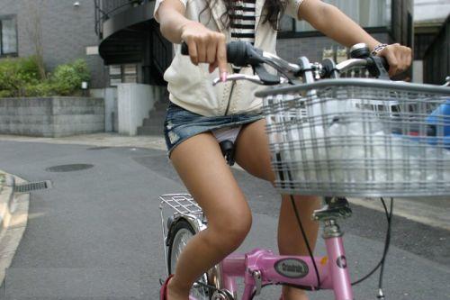 【パンチラ確定画像】ミニスカジーンズギャルが自転車に乗った結果www 38枚 No.31