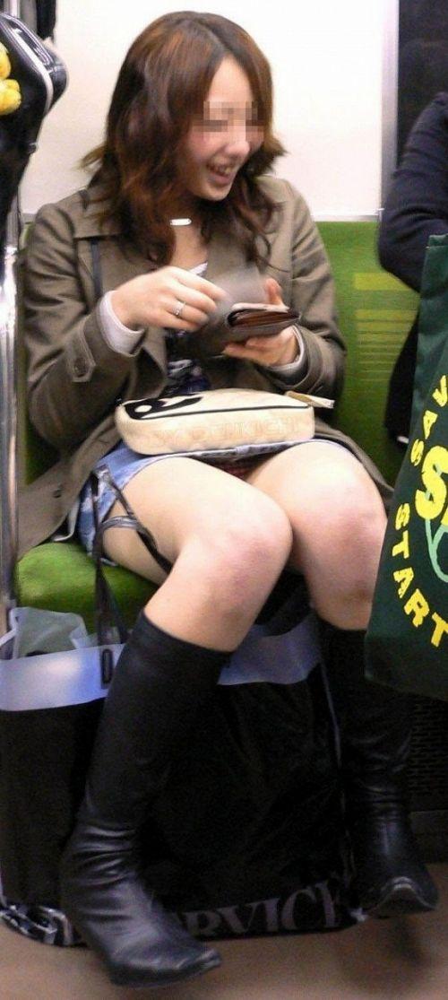 電車内で露出度MAXギャルの太ももデルタゾーンパンチラ盗撮画像 34枚 No.3