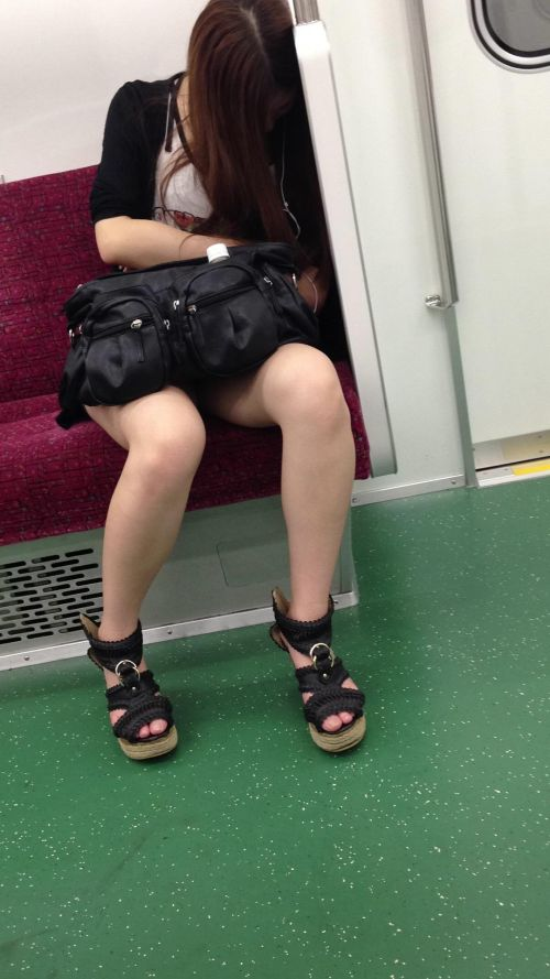 電車内で露出度MAXギャルの太ももデルタゾーンパンチラ盗撮画像 34枚 No.5