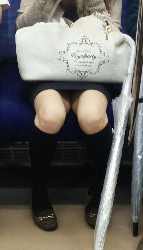 電車内で露出度MAXギャルの太ももデルタゾーンパンチラ盗撮画像 34枚 No.7