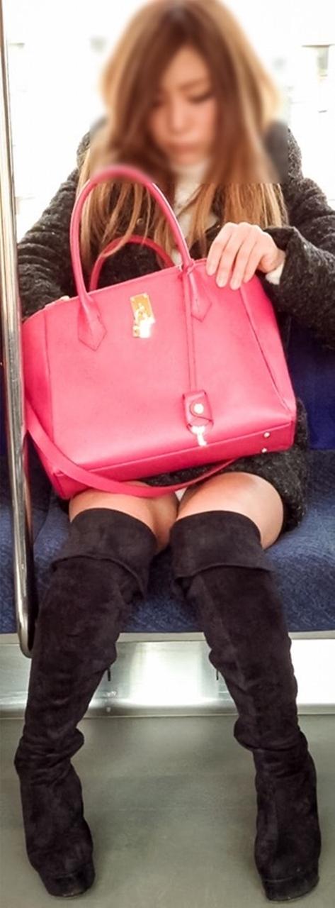 電車内で露出度MAXギャルの太ももデルタゾーンパンチラ盗撮画像 34枚 No.9