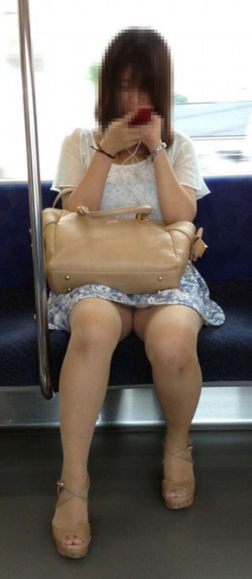 電車内で露出度MAXギャルの太ももデルタゾーンパンチラ盗撮画像 34枚 No.17