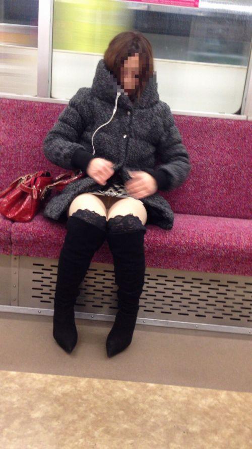 電車内で露出度MAXギャルの太ももデルタゾーンパンチラ盗撮画像 34枚 No.21