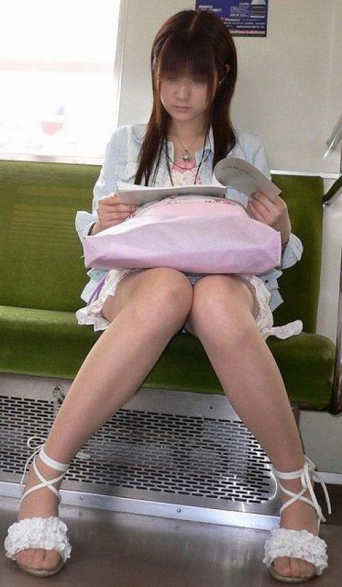 電車内で露出度MAXギャルの太ももデルタゾーンパンチラ盗撮画像 34枚 No.25