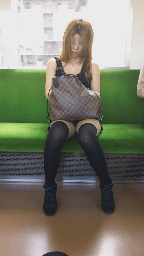 電車内で露出度MAXギャルの太ももデルタゾーンパンチラ盗撮画像 34枚 No.26