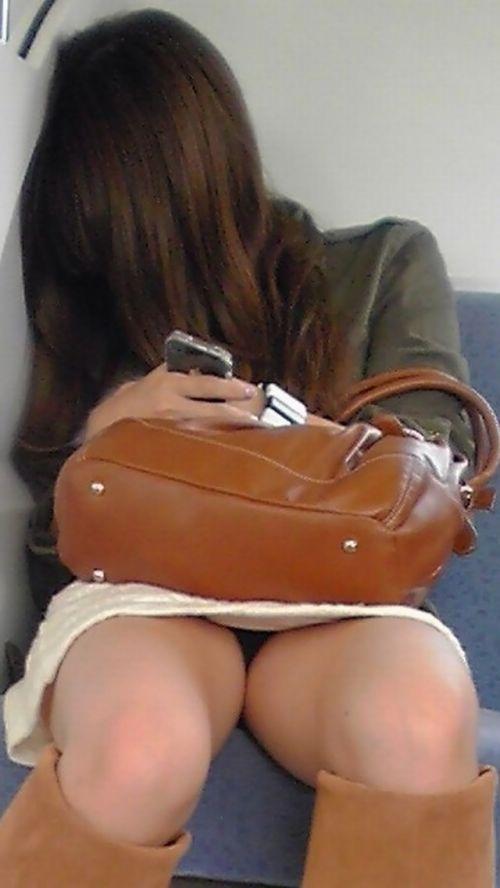 電車内で露出度MAXギャルの太ももデルタゾーンパンチラ盗撮画像 34枚 No.27