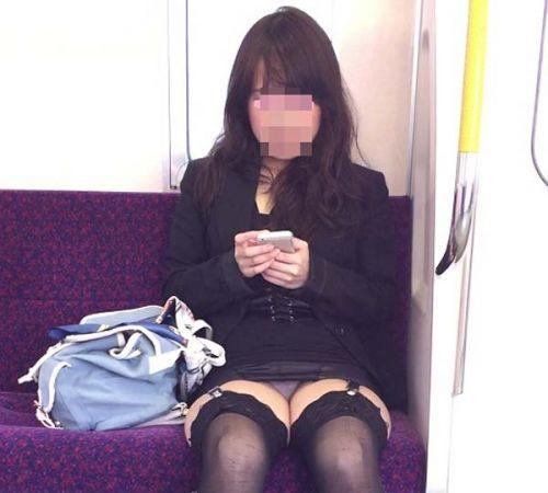 電車内で露出度MAXギャルの太ももデルタゾーンパンチラ盗撮画像 34枚 No.28