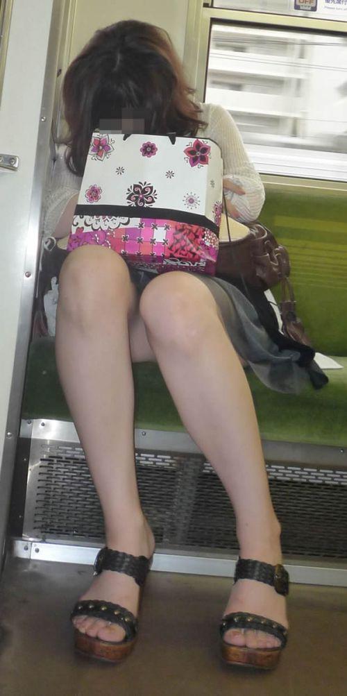 電車内で露出度MAXギャルの太ももデルタゾーンパンチラ盗撮画像 34枚 No.31