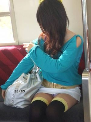 電車内で露出度MAXギャルの太ももデルタゾーンパンチラ盗撮画像 34枚 No.32