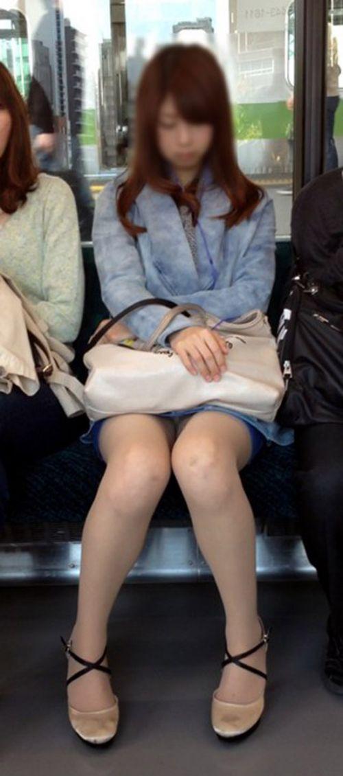 電車内で露出度MAXギャルの太ももデルタゾーンパンチラ盗撮画像 34枚 No.34