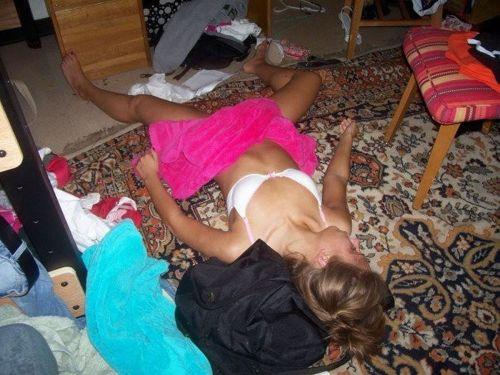 半脱ぎで寝ている無防備な外国人の股間がエッチな盗撮画像 31枚 No.26
