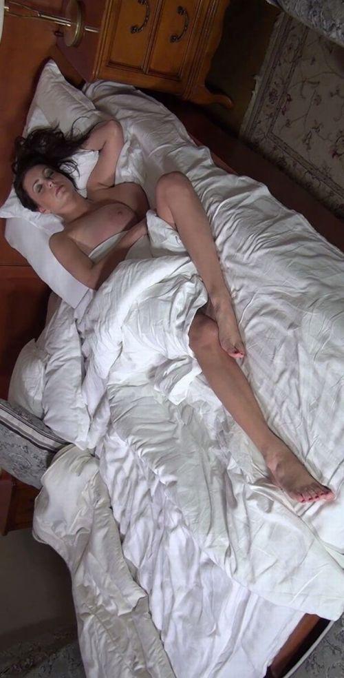 半脱ぎで寝ている無防備な外国人の股間がエッチな盗撮画像 31枚 No.27