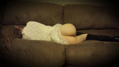 半脱ぎで寝ている無防備な外国人の股間がエッチな盗撮画像 31枚 No.28