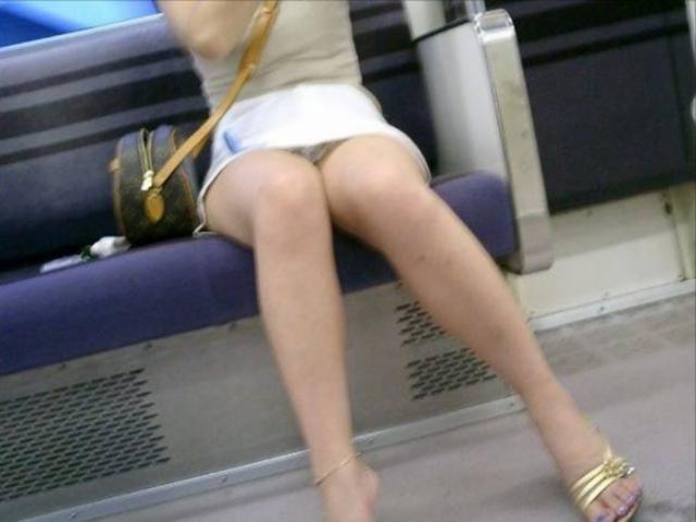 列車の対面にいるミニスカオネエさんの細身な太ももえろ写真 33枚