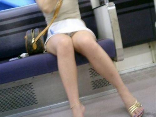 電車の対面にいるミニスカお姉さんのスレンダーな太ももエロ画像 33枚 No.1
