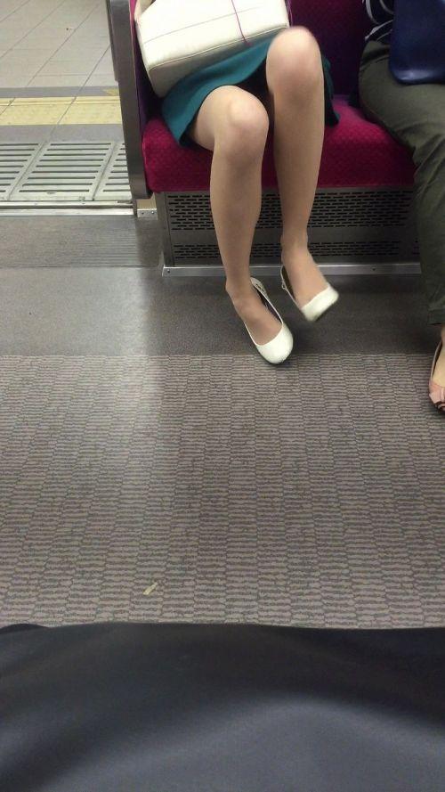 電車の対面にいるミニスカお姉さんのスレンダーな太ももエロ画像 33枚 No.4