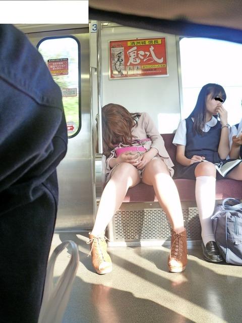 電車の対面にいるミニスカお姉さんのスレンダーな太ももエロ画像 33枚 No.8