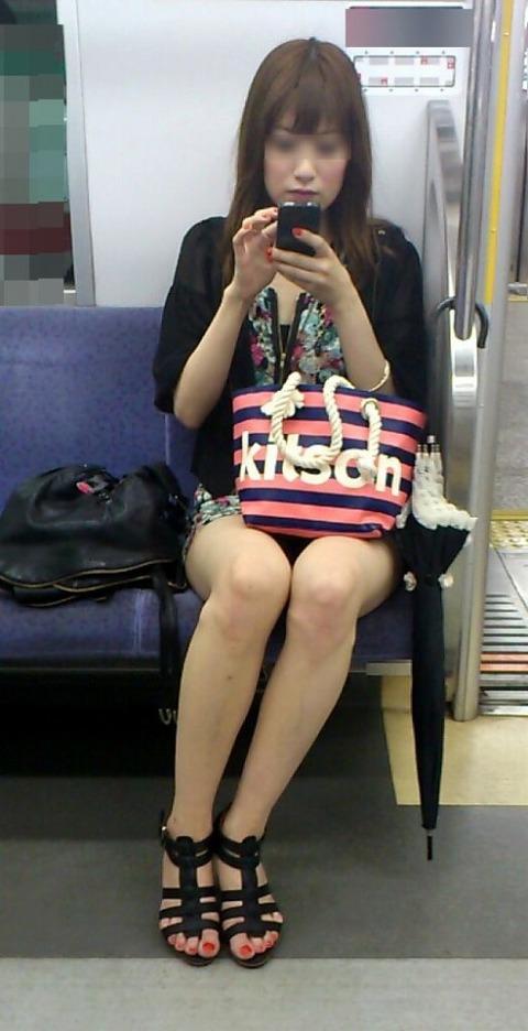 電車の対面にいるミニスカお姉さんのスレンダーな太ももエロ画像 33枚 No.11