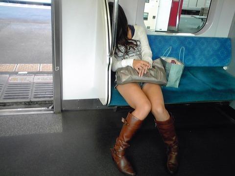 電車の対面にいるミニスカお姉さんのスレンダーな太ももエロ画像 33枚 No.12