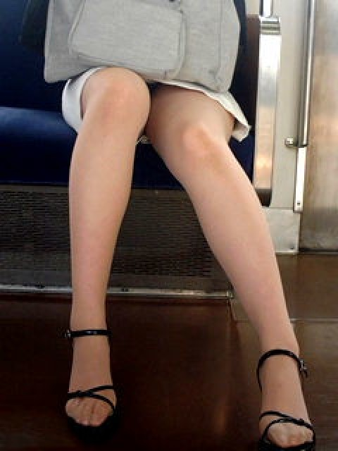電車の対面にいるミニスカお姉さんのスレンダーな太ももエロ画像 33枚 No.13