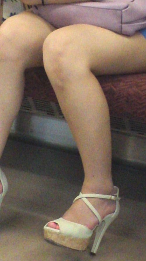 電車の対面にいるミニスカお姉さんのスレンダーな太ももエロ画像 33枚 No.14