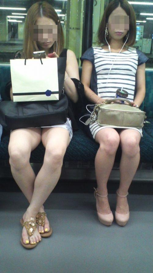 電車の対面にいるミニスカお姉さんのスレンダーな太ももエロ画像 33枚 No.16