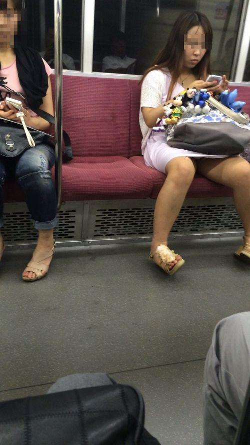 電車の対面にいるミニスカお姉さんのスレンダーな太ももエロ画像 33枚 No.19