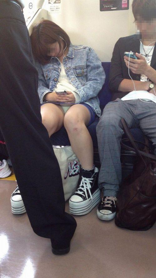 電車の対面にいるミニスカお姉さんのスレンダーな太ももエロ画像 33枚 No.23