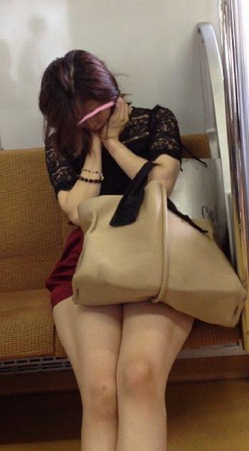 電車の対面にいるミニスカお姉さんのスレンダーな太ももエロ画像 33枚 No.25