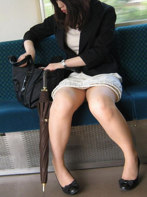 電車の対面にいるミニスカお姉さんのスレンダーな太ももエロ画像 33枚 No.26