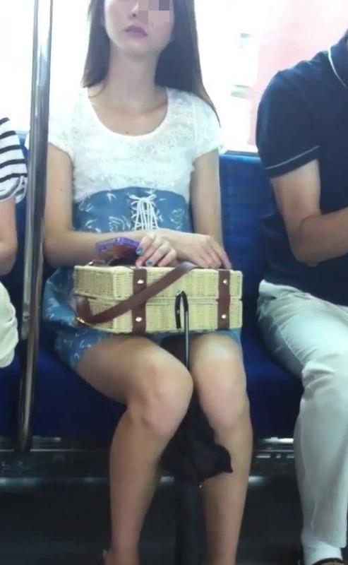 電車の対面にいるミニスカお姉さんのスレンダーな太ももエロ画像 33枚 No.28