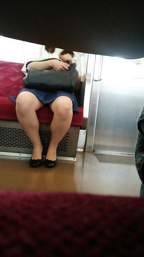 電車の対面にいるミニスカお姉さんのスレンダーな太ももエロ画像 33枚 No.30