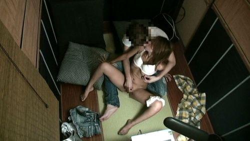 ネットカフェで声を我慢しながらセックスしてるカップルの盗撮画像 27枚 No.27