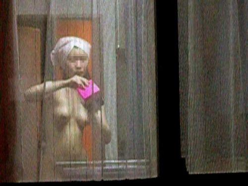 お姉さんのおっぱい見たさに窓の外から民家を盗撮したエロ画像 32枚 No.8