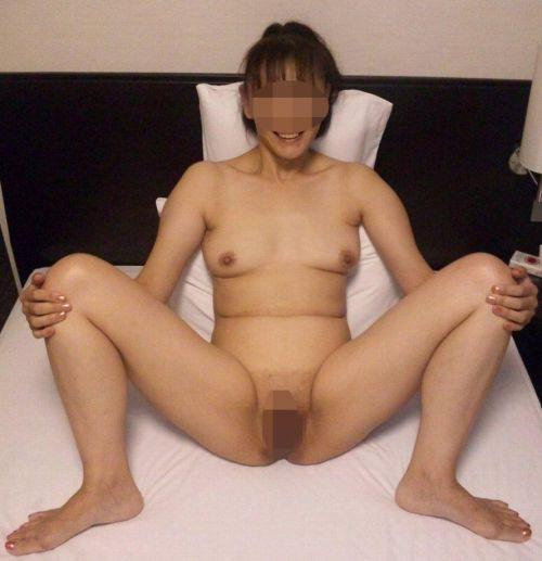 熟女や人妻が股間全開でオマンコを見せつけるM字開脚のエロ画像 37枚 No.8