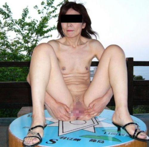 熟女や人妻が股間全開でオマンコを見せつけるM字開脚のエロ画像 37枚 No.34